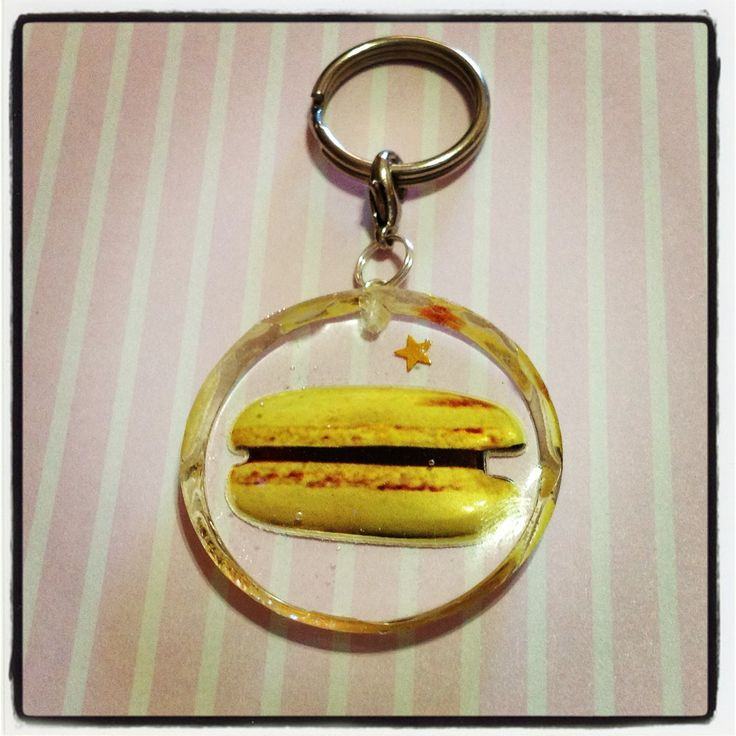 A banana macaron with chocolate ganache resin keychain to hang all your keys from! A little gold star is also embedded in the resin, and this keychain is approx. 4cm in diamater, and 0.5cm thick.  *** Please remember that this is a hand crafted item, and therefore will not always look exactly a...