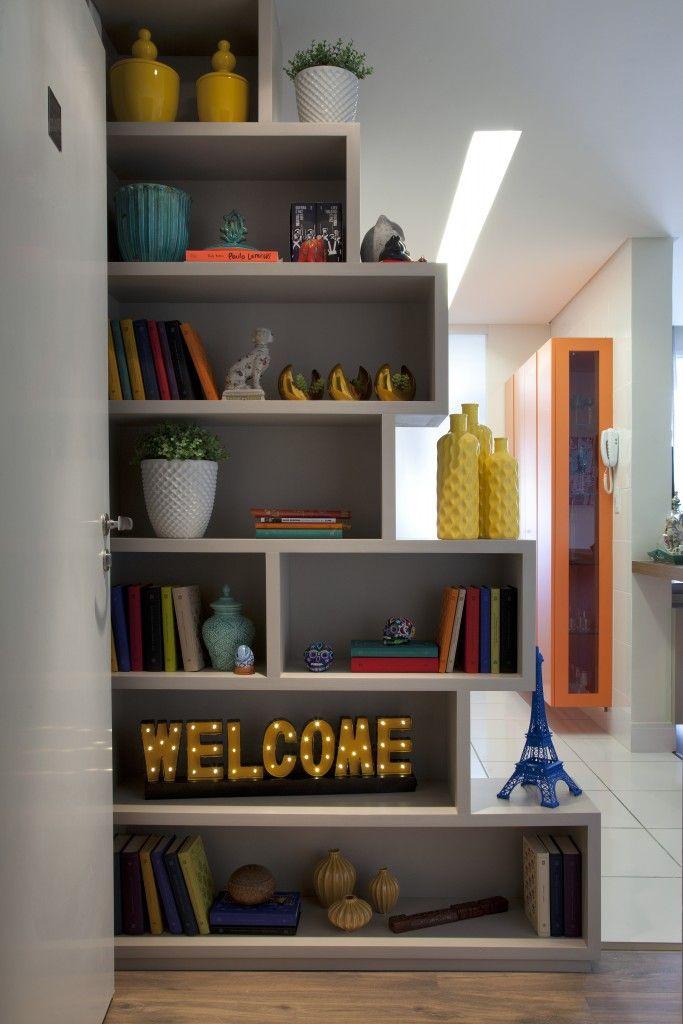 Nichos servem tanto para delimitar ambientes quanto para apoiar objetos e livros.