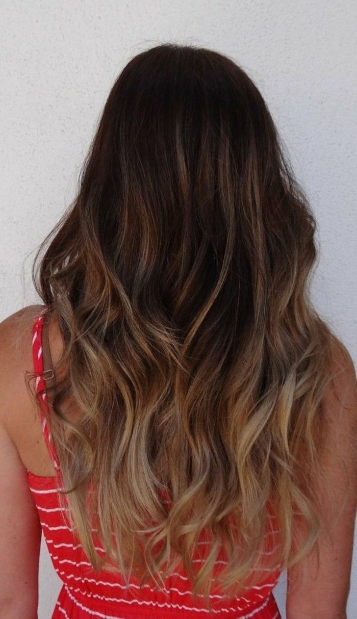 Idée Tendance Coupe & Coiffure Femme 2017/ 2018 : coloration cheveux longs, balayage blond clair, robe rouge à rayures blanches, ...