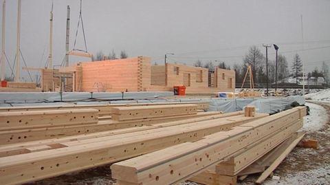 Yle: Maailman suurin hirsikoulu nousee Pudasjärvelle Kaupunki odottaa pääsevänsä vihdoin eroon koulujen sisäilmaongelmista. Koulu rakennetaan elinkaarimallilla.