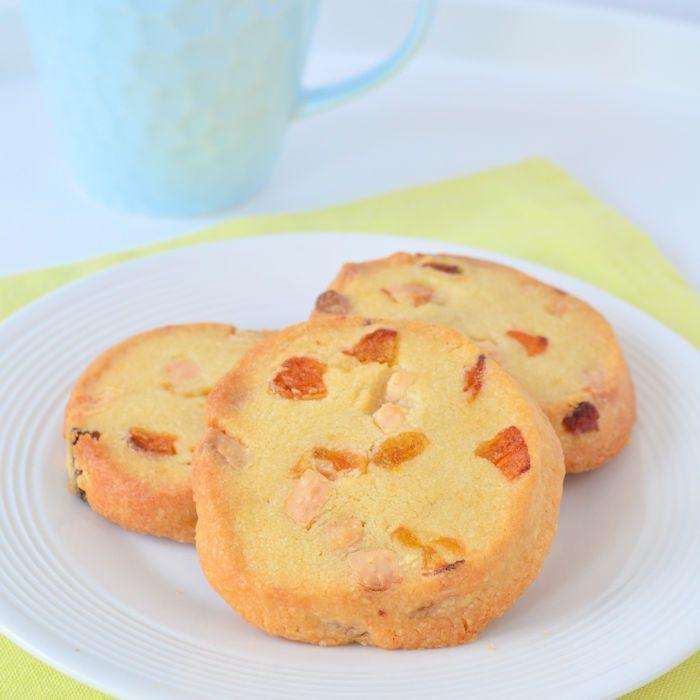 Het basisrecept voor koekjes tover je met het grootste gemak om tot deze abrikozen koekjes met witte chocola. Door de stukjes abrikoos zijn ze heerlijk fris
