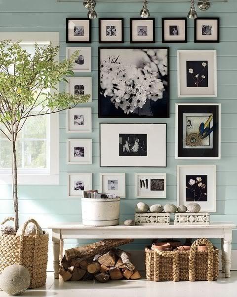 Benjamin Moore- Wedgewood Gray & Woodlawn Blue  parede azul. quadros pb. banco branco e cestos vime