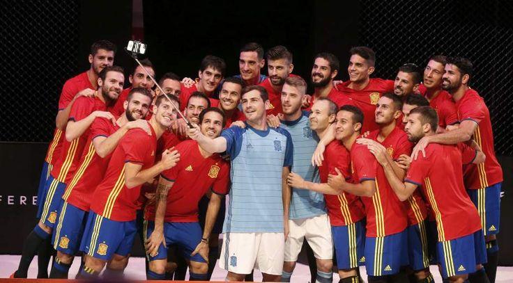 Selfie de la selección con la nueva camiseta - Equipación de la selección española para la Eurocopa - 20minutos.es