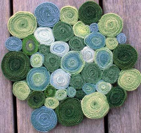 Circle rug using strips of wool, felt or fleece. link is mostly photos with an additional link to a tutorial on making the circles