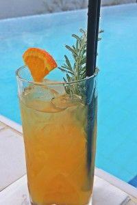 Pesca arancia e rosmarino cocktail analcolico