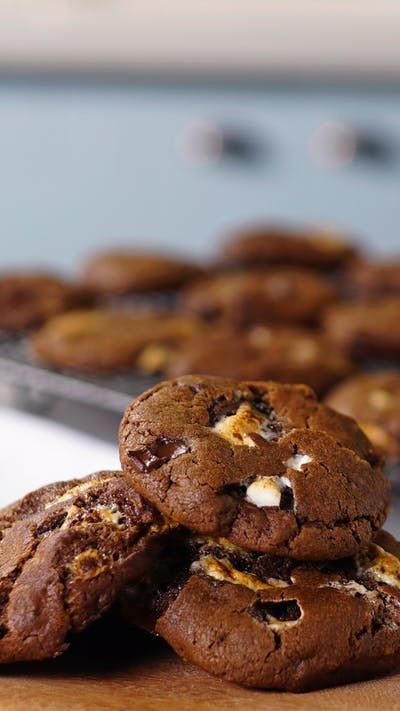 Existe algo mais delicioso do que esses cookies de chocolate com marshmallow?
