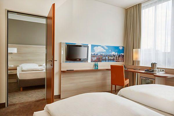 Blick in eines der Hotelzimmer   H+ Hotel Berlin Mitte