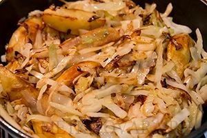 Слегка хрустящая обжаренная капуста и картофельные дольки в румяной корочке.  Состав: Картофель – 6-8 шт, Капуста – 0,5 шт (~ 800 гр), Растительное масло, Кориандр – 0,5 ч.л., Зира – 1/4 ч.л., Соль, перец