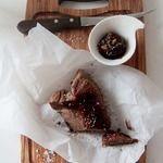 По-мотивам пастромы из телятины с луковым чатни