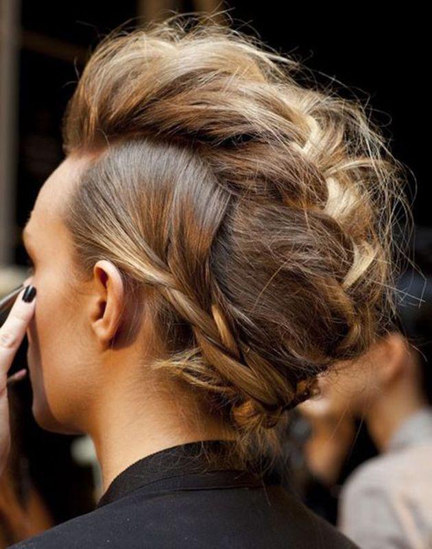 LE FAUX MOHAWK - Pour éviter de raser court les cheveux sur les côtés et de laisser long en haut, les fashionistas ont très vite pensé à attacher les cheveux pour faire un semblant de cheveux rasés, tout en laissant les longueurs sur le dessus.
