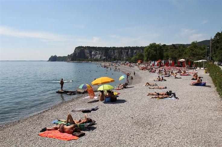 Sistiana trieste la gente qui coglie ogni occasione per vivere il mare e popola la riviera - Bagno ferroviario trieste ...
