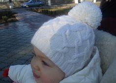 Глядя на модель этой шапочки в нее просто не возможно не влюбиться! С какой стороны не посмотри она просто идеальна! Белый цвет и спиральные косы делают эту шапочку просто очаровательной, а благодаря мягкой пряже ребенку всегда будет тепло и комфортно в такой шапочке. Вязание спицами детских шапок для каждой мамы занятие всегда приятное, и мы …