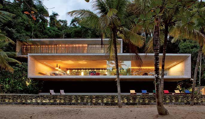 Casa Paraty, RJ. Projetada por Marcio Kogan.  Fachada em concreto aparente.