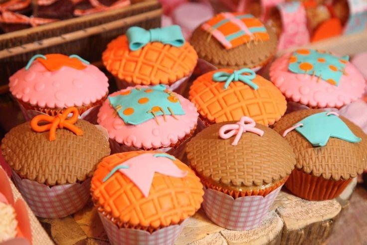 a-cobertura-em-fondant-pasta-americana-dos-cupcakes-confecionados-por-lis-fonseca-wwwlisfonsecacombr-lembram-tramas-de-cestaria-o-doces-estao-envoltos-em-papeis-xadrez-que-1370376428792_749x500.jpg (749×500)