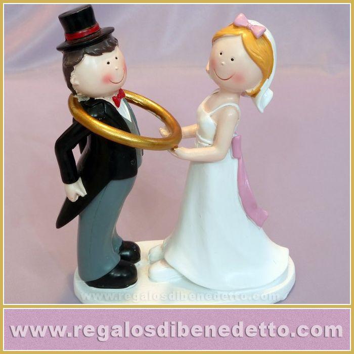 Figura #Tarta #Novios • Divertida pareja de novios para la tarta donde la novia agarra al novio con una alianza gigante • #CakeToppers #Weddings #Bodas •