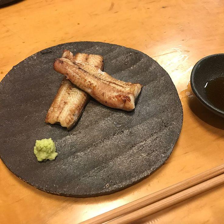 昨日はまた別のお客さんのお店へ。 去年も、そして数日前にも花田さんでたくさんお嫁にもらっていってくださったので、ほぼカズさんの器を使って料理を出してくださいました☺️! うなぎの白焼きと豆乳のムースや鰻の肝焼き、しじみ出汁の鹿児島県産のドジョウのお吸い物。 そして、ウナギのお刺身! 初めて食べました✨ 鰻は血に毒があるらしく、血抜きがしっかりできてないものは食べた後に少しだけ、口の中がピリピリします。 鰻の白焼きは鮎の魚醤につけていただきました ぶつ切りで旨味が閉じ込められた蒲穂焼きに鰻ざく。 最後はうな丼☺️☺️ 一つ一つ丁寧に説明してくださって、料理もすごく美味しかったです。 老舗のお店だけど、新しいことに挑戦していっているところが素敵でした。 大将のカズさんの器への愛情をひしひしと感じて2人とも幸せな気持ちで帰りました #はし本#うなぎ#日本橋#kazuoba#pottery#ceramic#tokyo