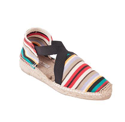EVA es un modelo de alpargata extremadamente cómodo. Las tiras de goma cosidas a la tela otorgan una sujeción del pie excepcional. Las telas rayadas en diferentes colores dan alegría y un toque de diversión al calzado. Otro súperclásico de Toni Pons.