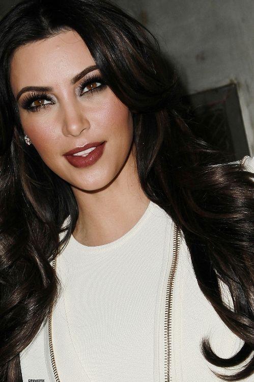 Kim Kardashian - Smokey eyes & dark red lips