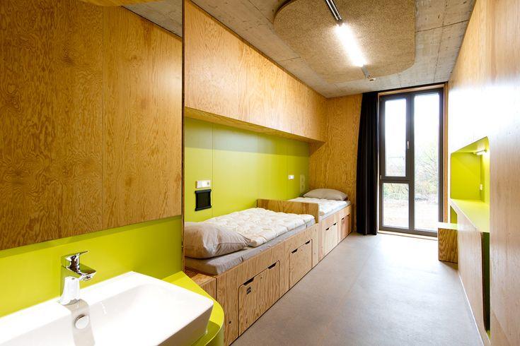 La nueva generación de albergues juveniles: innovadores, integradores e internacional, se ha abierto recientemente en Bayreuth, Alemania. La fluida estructura se integra en el paisaje, con materiales contemporáneos y un concepto de sostenibilidad integral: un lugar para personas activas de todas las capacidades.