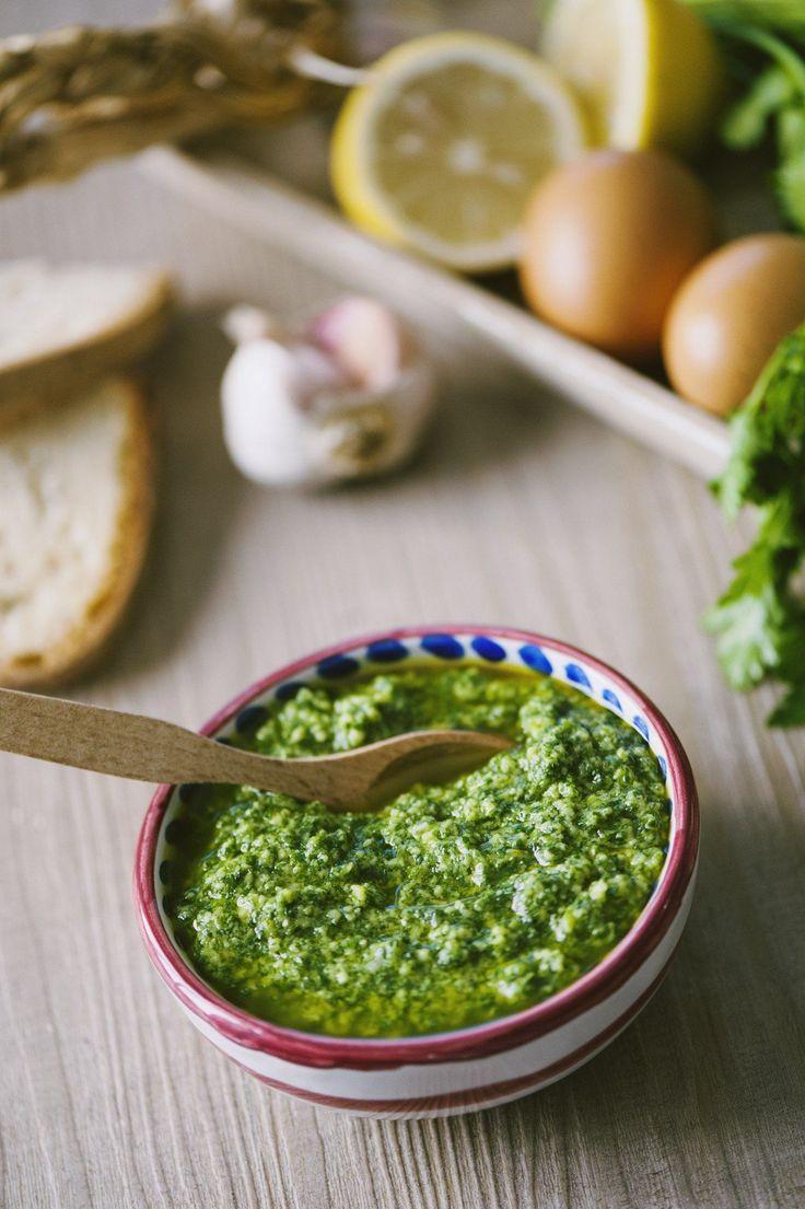 Sulla carne, sulle verdure, su crostini, per arricchire la pasta fresca: ecco una ricetta che non può mancare, la salsa verde toscana!