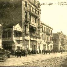 """Καρτ ποστάλ εποχής. Το ξενοδοχείο 'Όλυμπος"""" με το γερμανικό Ζέππελιν να υπερίπταται κατά την πρώτη του επιδρομή κατά της Θεσσαλονίκης"""