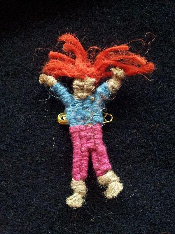 Liten väv på kartong, Hallelujadocka, Lintråd.  Happy doll linen weaved brooch.