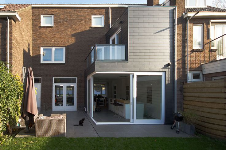 Double sliding doors creating an open corner. Project info: Two storey extension to an unusual 1930s townhouse in Utrecht. See also  http://www.foamarchitecten.nl/werk/53/woning-tuindorp