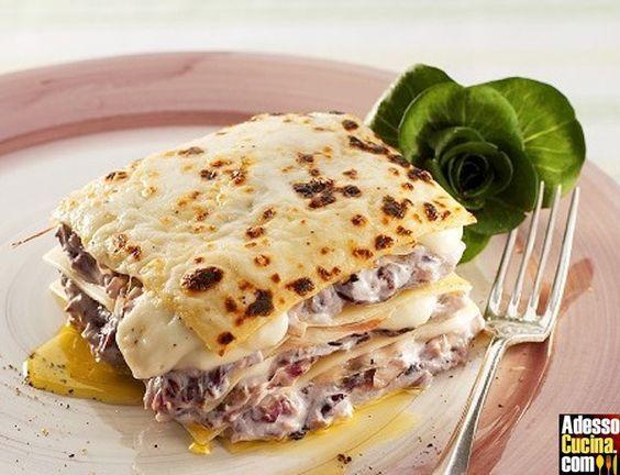 Ricetta vegetariana - Lasagne al radicchio trevigiano e scamorza. In Pasta ripiena. Ingredienti: lasagne pronte. besciamella. 600 gr. radicchio di Treviso. 1 cipolla. 100 gr. burro. 2 cucchiai olio d'