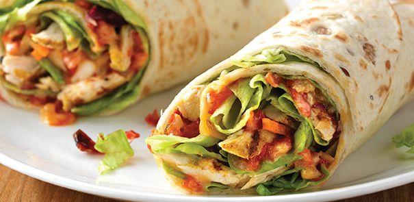 Gezonde lunch met kipfilet, meergranentortilla's, zonnebloemolie, ui, paprika, chilipeper,  kerriepoeder, citroensap, sla, wortelen en Becel pro.activ Délice