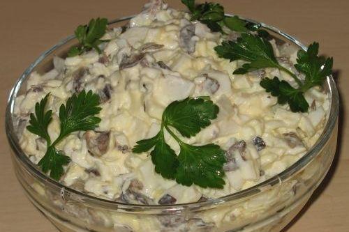 Очень вкусный и лёгкий в приготовлении салат из кальмаров с маринованными шампиньонами.