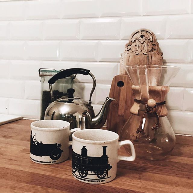 Another throwback from the cabin 🖤 These mugs have been in our family for as long as I can remember. I think they are beautiful and fun! Do you also have old mugs in your cupboard? . . . #staffordshirepottery #coffeetime #followme #industrialdesign #FF #instafollow, #l4l #tagforlikes #followback #industrialdesign #plantlife #weekends #basementremodel #renovations #bonytt #boligpluss #boligmagasinet #scandinaviandesign #scandinavianstyle #nordicnoir #nordiskehjem #nordichome #follow4follow…