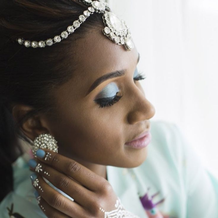 Real Glimour Bahamian Bride wearing our Silver Headpiece Matha Patti and Diamanté stoned Stud Earrings.