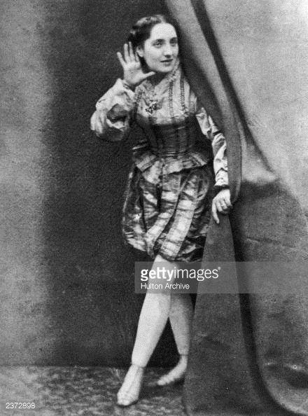 News Photo : A female music hall artiste, circa 1880.