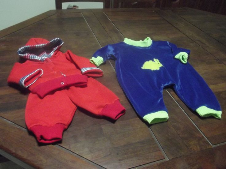 conjunto deportivo rojo, talle 0 a 3 meses, enterito azul de plush 2 a 4 meses