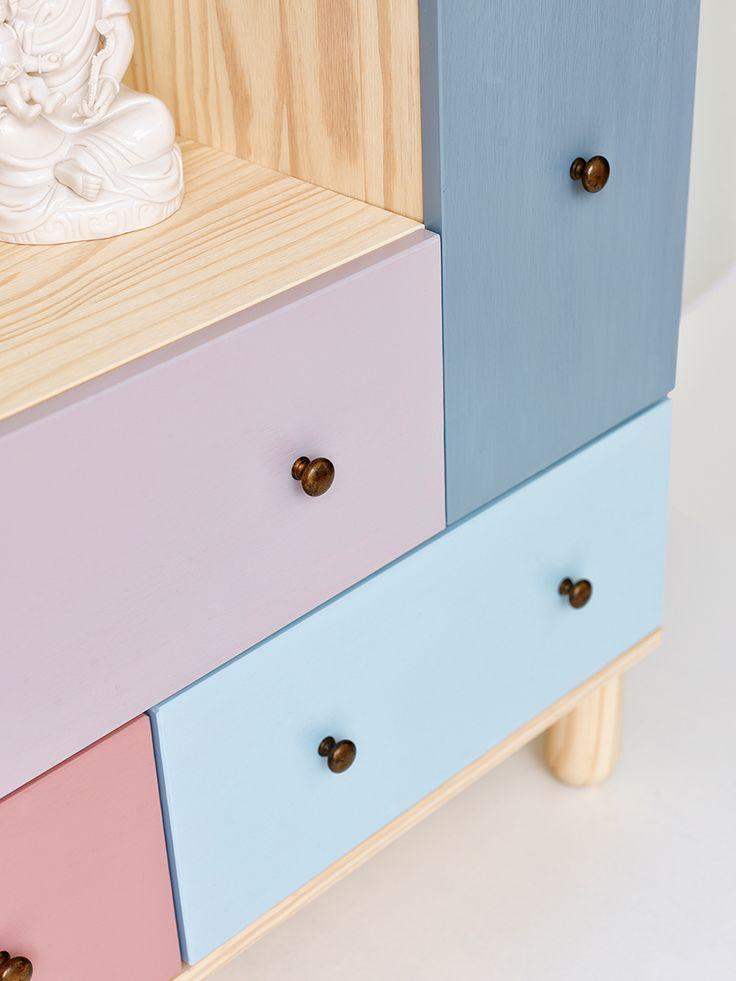 """Farver: R60 Brudelys, R35 Sorbet, Y39 Gråspurv, B20 Dråbe, B43 Hav og R47 Syren. Alle farver er fra Dyrup. IKEA PS 2012-kommode efter vores makeover. Skufferne er blevet malet, og de oprindelige greb er skiftet ud med ti små messinggreb. Idé og foto: """"Dyp i nye farver og ideer til din bolig"""" (inspirationsbrochure lavet i samarbejde mellem Dyrup og Bolig Magasinet)."""