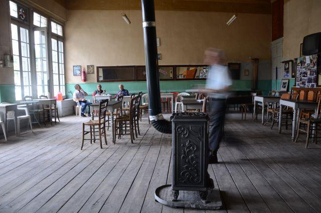 Καφενείο με ξυλόσομπα για τις ημέρες του χειμώνα.