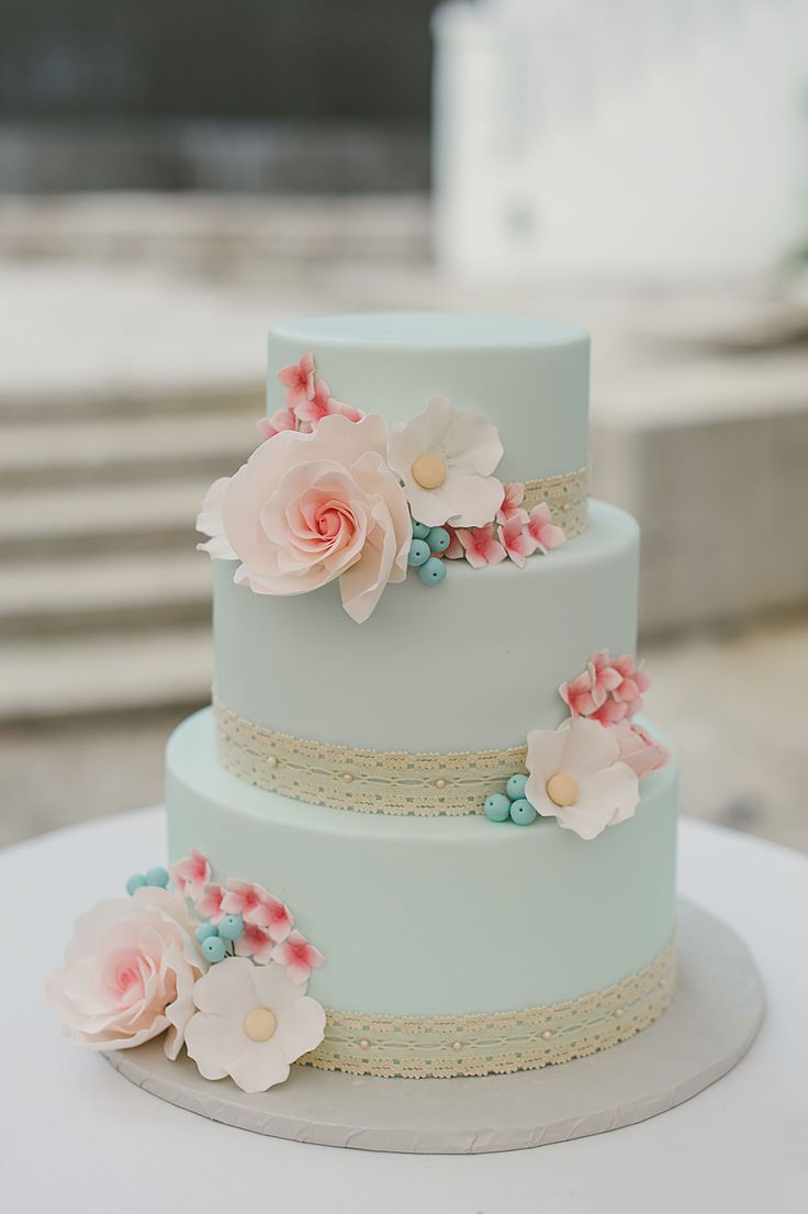 Coral and mint wedding cake for a vintage wedding. Get inspired by the full real wedding feature on SingaporeBrides | Whimsical Retro Wedding in Alkaff Mansion, Singapore (Wedding Cake)