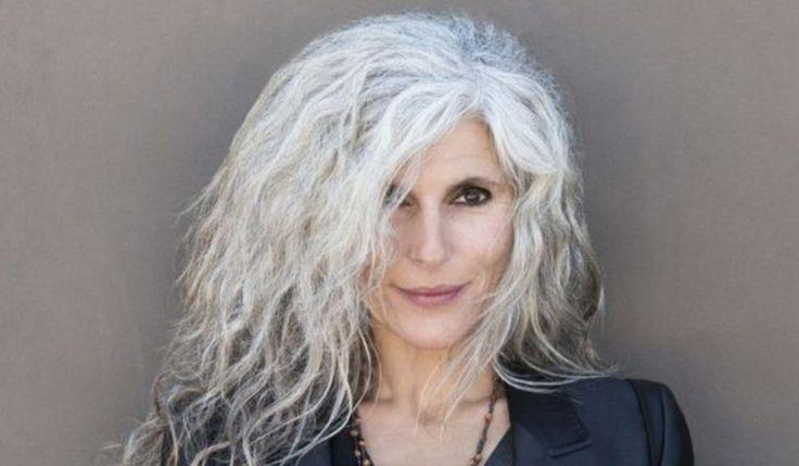 Kort, lang, krullend, knot & rasta: veertien 50-plus vrouwen met beeldschoon grijs haar. Wow, wat staat dat PRACHTIG. BEKIJK OOK Ja, zo willen we allemaal wel grijs worden BRON HuffingtonPost