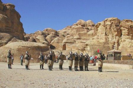 Ag Adibudojo: Sebenarnya tentara ini sebagai kelengkapan tempat kunjungan wisata Petra, Maan,  Jordan. Suatu situs arkeologikal di Ma'an, Yordania. Tempat ini terkenal dengan bangunan arsitektur yang dipahat pada bebatuan serta sistem pengairannya. Petra yang bisa ditempuh sekitar 3-5 jam perjalanan darat dari kota Amman, Yordania, dulu adalah ibu kota suku Nabatean, salah satu rumpun bangsa Arab yang hidup sebelum masuknya bangsa Romawi.  Sebenarnya, asal usul suku Nabatean tak diketahui…