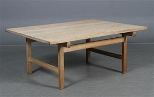 Hans J. Wegner. 1914-2007. Sofabord af massiv eg, fremstillet hos snedkermester Andreas Tuck. H. 48. 115 x 84 cm. Brugsspor på plade.