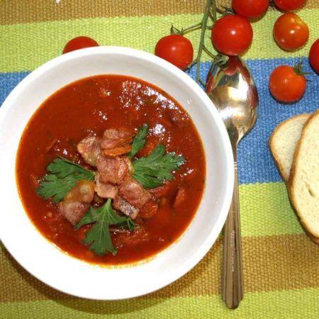 Томатный суп с копчеными колбасками https://www.go-cook.ru/tomatnyj-sup-s-kopchenymi-kolbaskami/  Сытное и аппетитное первое блюдо, для тех кто любит мясное и остренькое. Готовиться довольно быстро и просто. Если не любите слишком «огненное» блюдо — черный перец можно не добавлять. Рецепт томатного суп с копчеными колбасками Время подготовки: 10 минут Время приготовления: 20 минут Общее время: 30 минут Кухня: Русская Тип: Первое блюдо Порций: 2 Ингредиенты … Читать далее Томатный суп с…