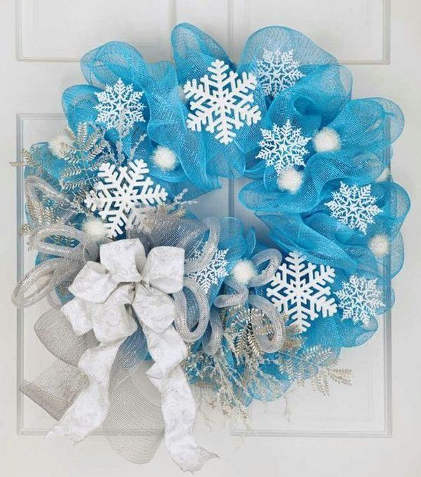 DIY Christmas wreath ideas deco mesh wreath blue mesh white snowflakes white bow