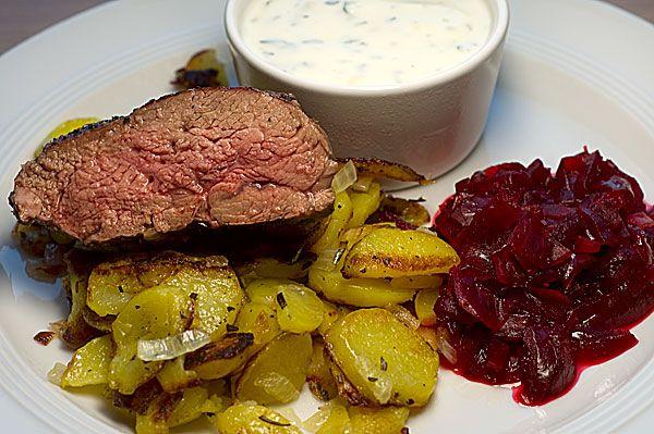 Rückwärts gebratene Lammhüfte mit Rote-Zwiebel-Ragout und Minz-Joghurt