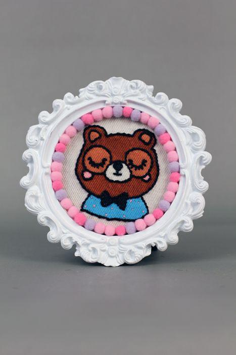 Cuadrito de oso pintado y bordado a mano