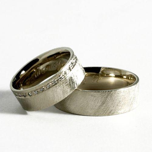 Obrączki ślubne z białego złota z brylantami o łącznej masie 0,23 ct. Próba 0,585