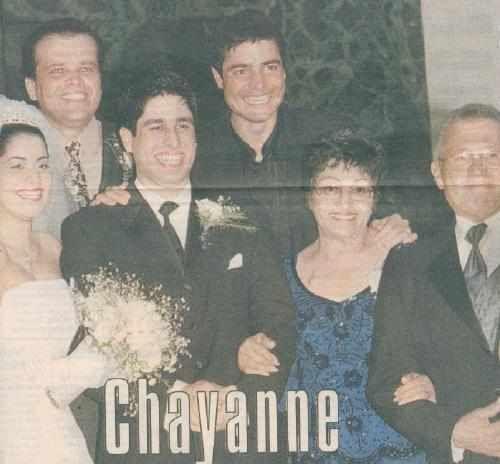 Chayanne y su familia en la boda de su hermano menor Emanuel.  En la foto la novia  Karmany Diaz, Kenny (en la parte superior) hermano mayor de Chayanne, el novio Emanuel, Chayanne, su madre Doña Irma y su padre Don Quintino.