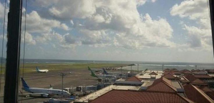 "Raja Salman Pulang Hari Ini Bandara Ngurah Rai Sementara Ditutup  KONFRONTASI - Bandar Udara Internasional I Gusti Ngurah Rai Bali Minggu ditutup sementara mulai pukul 10.45 hingga 11.30 WITA atau selama 45 menit untuk kepulangan Raja Arab Saudi Salman bin Abdulaziz al-Saud dari Pulau Dewata.  ""Pesawat Raja Salman dijadwalkan terbang dari Bali menuju Jepang pada pukul 11.00 WITA"" kata Kepala Bidang Hubungan Masyarakat Bandar Udara Internasional I Gusti Ngurah Rai Bali Arie Ahsanurrohim di…"