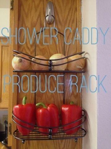 Una doccia caddy raddoppia ingegnosamente come un rack di prodotti in cucina.