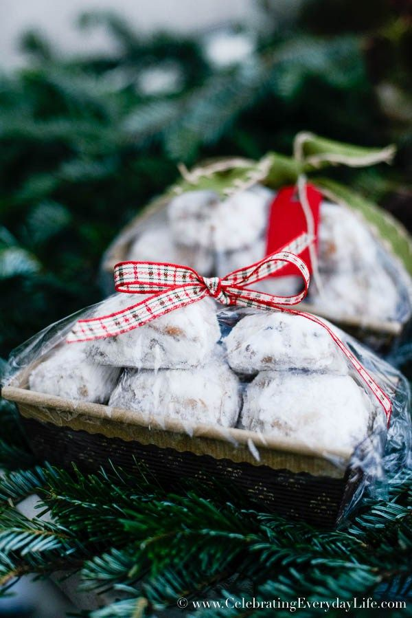 Buy it from the bakery at the grocery! And here is how to wrap baked goods for a bake sale, Christmas Food Gift DIY, Christmas Food gift ideas, Holiday food gift wrap, Christmas food gifts, wrapping Christmas food gifts, Celebrating Everyday Life with Jennifer Carroll #givebakery