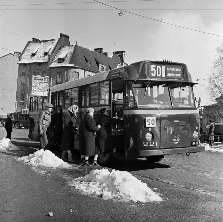 Matkustajia nousemassa linja-autoon pysäkillä Hämeentien...